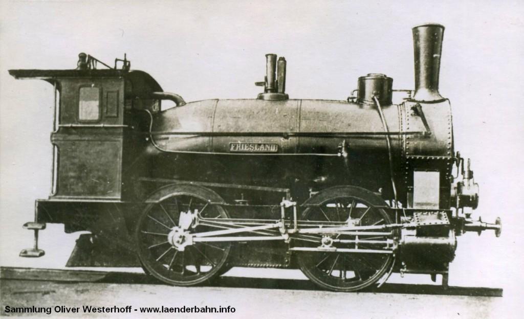 """Die Abbildung zeigt die Nr. 18 """"FRIESLAND"""", die 1869 von Krauss in München mit der Fabriknummer 48 gebaut wurde. 1890 wurde versuchsweise ein Kessel mit Wellrohrfeuerung Bauart Lentz eingebaut, der sich aber nicht bewährte. Erkennbar ist die Kesselbauart an dem vor dem Führerhaus ansteigenden Kessel. Die Maschine wurde um 1897 ausgemustert."""