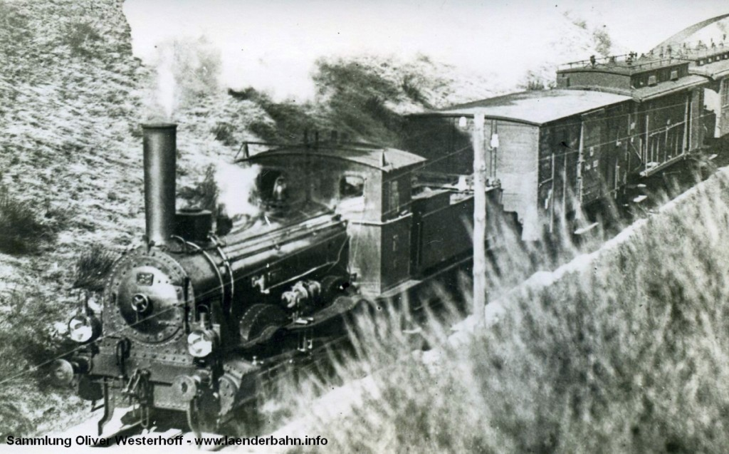 """Die 1876 von Hohenzollern unter der Fabriknummer 30 gebaute """"SOESTE"""" (Bahnnummer 35) vor einem Zug im oldenburgischen. Im vorläufigen Umzeichnugsplan erhielt die Lok noch die Nummer 51 7009, wurde aber bereits zwischen 1923 und 1925 ausgemustert."""