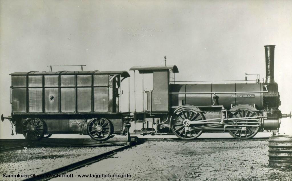 """Die Lokomotive Nr. 8 """"MÜNSTERLAND"""", gebaut 1867 von Krauss in München mit der Fabriknummer 3. Die Maschine ist noch mit dem typischen gedeckten Torftender gekuppelt. Ab Mitte der 1870er Jahre wurde zunehmend auf Kohlenfeuerung umgestellt, in diesem Zuge wurden auch die Tender umgebaut, wie z.B. auf dem Bild unten der """"BORKUM"""" zu sehen. Die """"MÜNSTERLAND"""" wurde nach fast 50 Betriebsjahren um 1914 ausgemustert."""