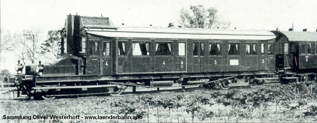 Benzolelektrischer Triebwagen der G.O.E., beschafft 1910 (oder 1911) von der Firma Düsseldorfer Eisenbahnbedarf. Dies ist eines der wenigen Bilder des Triebwagens, vermutlich um 1913 aufgenommen.