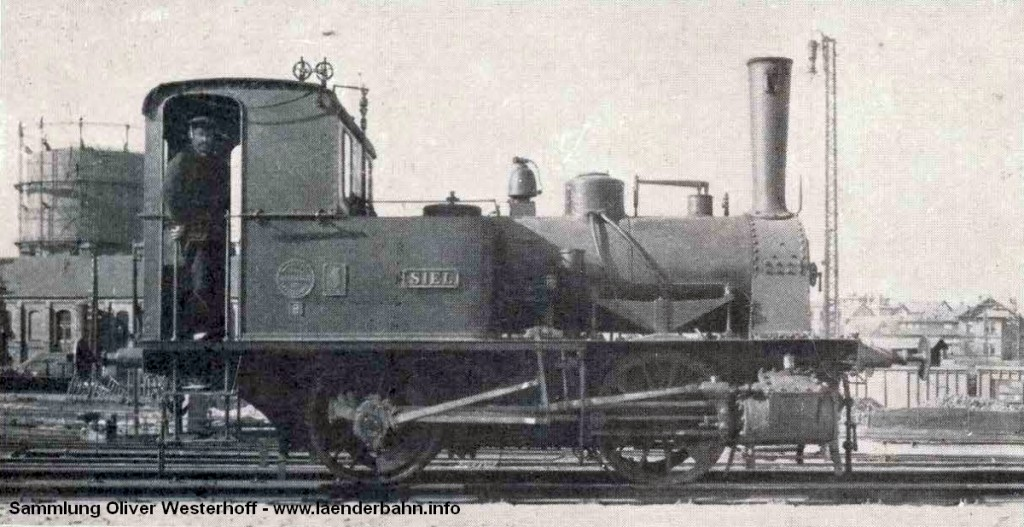 """Die Lokomotive Nr. 72 """"SIEL"""" im westlichen Bahnhofsvorfeld von Oldenburg. Im Hintergrund das Gaswerk."""