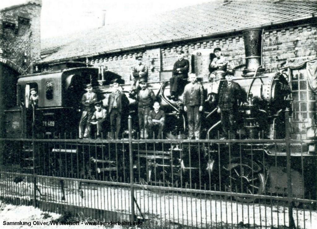 """Die ehemalige T 5.1 226 """"RÜSTRINGEN"""" mit eineigen Bediensteten am BW Oldenburg."""