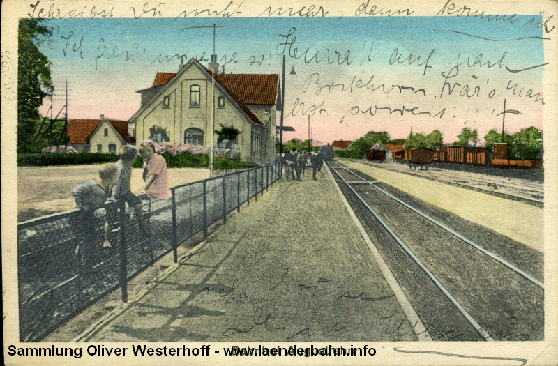 Eine deutlich nachbearbeitete Sicht auf den Bahnhof Augustfehn zeigt diese Ansichtskarte von Anfang der 1930er Jahre