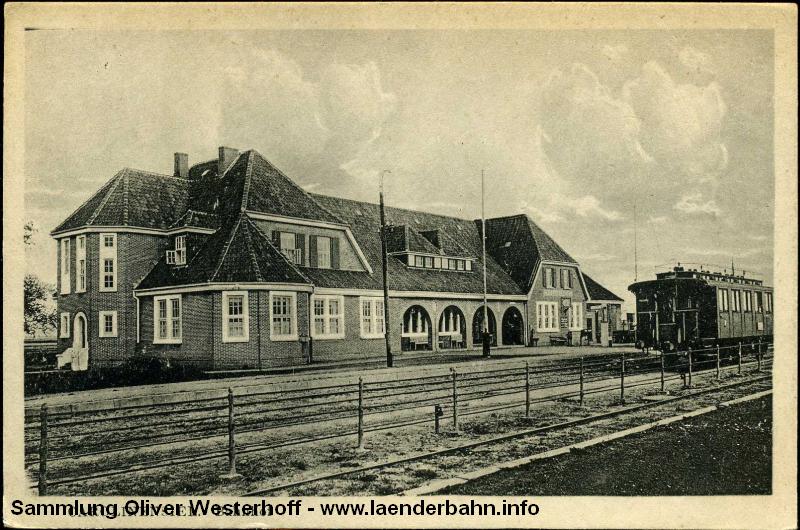 Im Bild das neue, heute noch bestehende Bahnhofsgebäude von Carolinensiel.
