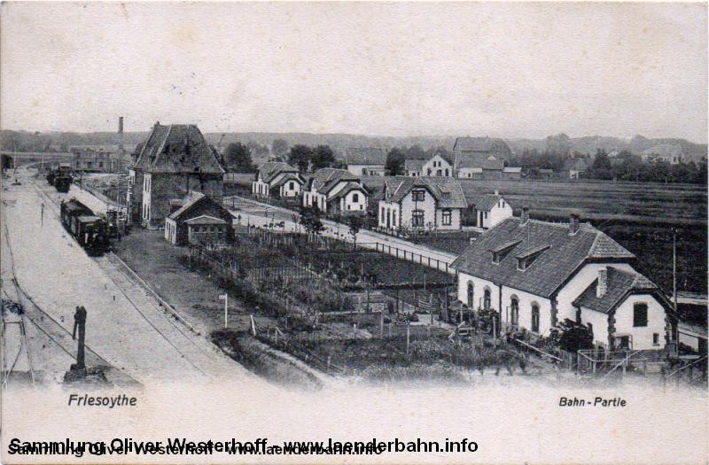 Bahnhof Friesoythe mit einem kurzen Personenzug an Gleis 1.