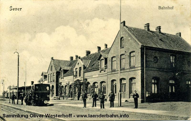 Bahnhof Jever mit einer T 3 um 1900. Hier zweigt die Tidebahn nach Carolinensiel und zum Anleger Harle ab.