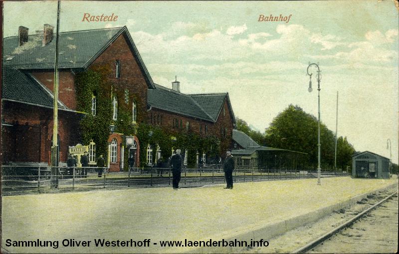 Der Bahnhof Rastede etwa 1905 auf einer nachkolorierten Ansichtskarte