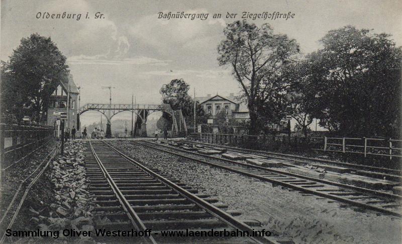 Sicht um 1910 auf den Haltepunkt Ziegelhofstraße in Oldenburg mit der markanten Fußgängerbrücke über die Gleise.