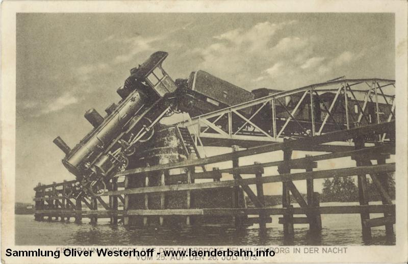 """Die verunglückte Lokomotive """"VENUS"""" auf der geöffneten Emsbrücke"""