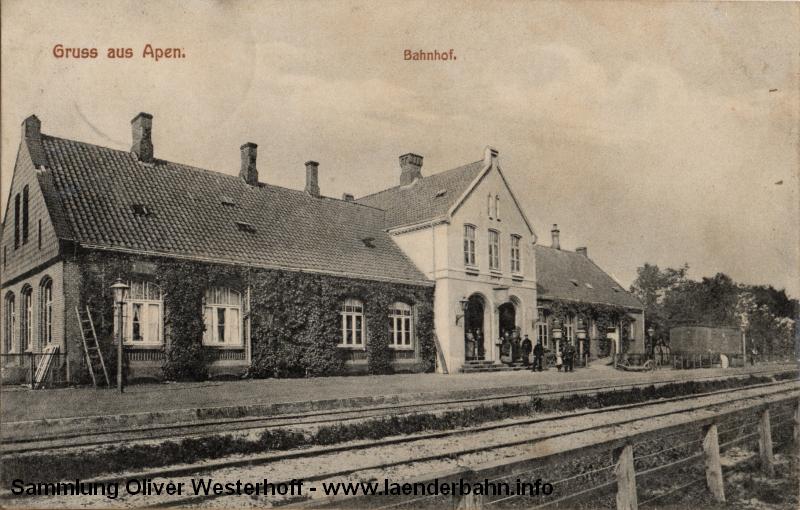 Die 1909 gelaufene Karte zeigt das Bahnhofsgebäude. Schön zu erkennen ist, dass der mittlere Teil verputzt war, im Gegensatz zu den meisten anderen Bahnhöfen dieser Bauart.