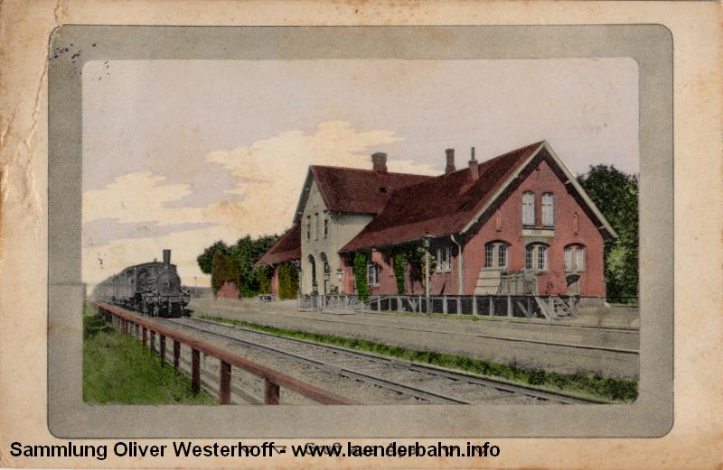 Ein Personenzug nach Oldenburg, bespannt mit einer P 4.1 (erkennbar am fehlenden Dampfdom), wartet am Bahnsteig.