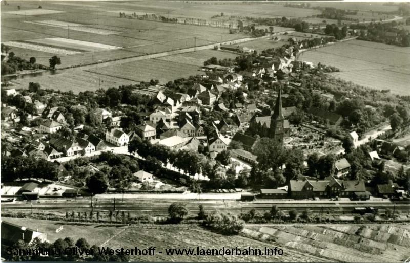 Dieses Luftbild aus den 1960er Jahren zeigt das Bahnhofsareal und den Ort Berne.