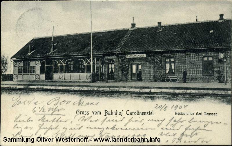 Die 1904 gelaufene Karte zeigt den linken Teil mit dem hölzernen Vorbau, in dem die Reisenden warten konnten.