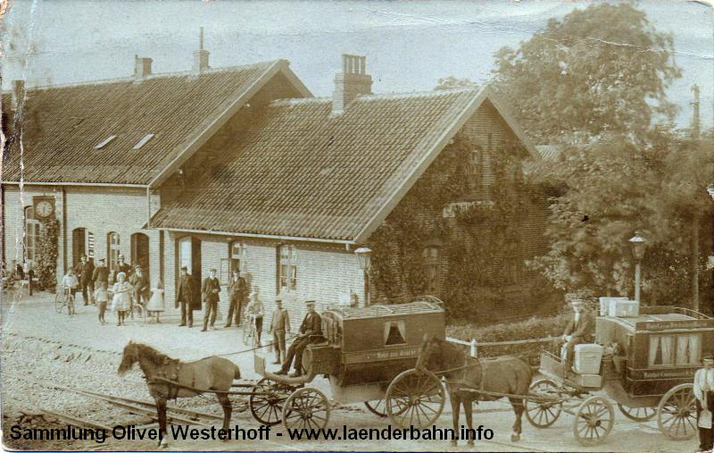 Undatiert, aber aus der Zeit um die Jahrhundertwende, vor dem Bahnhof warten einige Kutschen, um die Reisenden in die Hotels von Carolinensiel oder zum Schiff nach Wangerooge zu bringen.