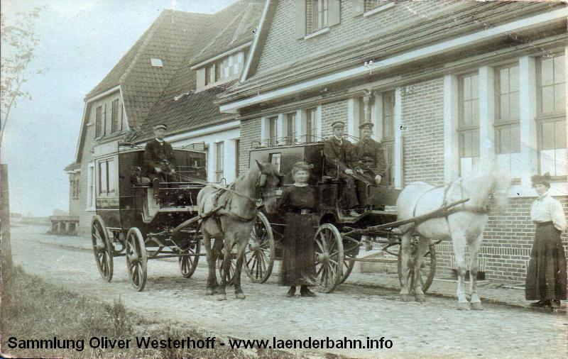 Vor dem Bahnhof warten Kutschen der örtlichen Hotels auf die Reisenden.
