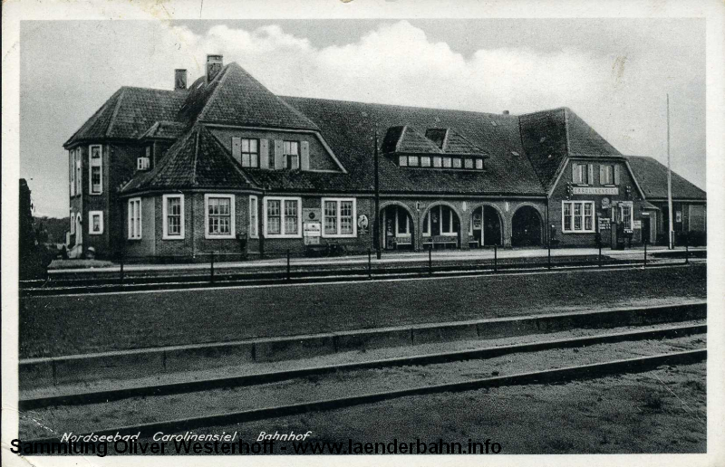 Eine Ansicht des Bahnhofs aus den frühen 1930er Jahren, bis auf die Werbeschilder hat sich nicht viel verändert.