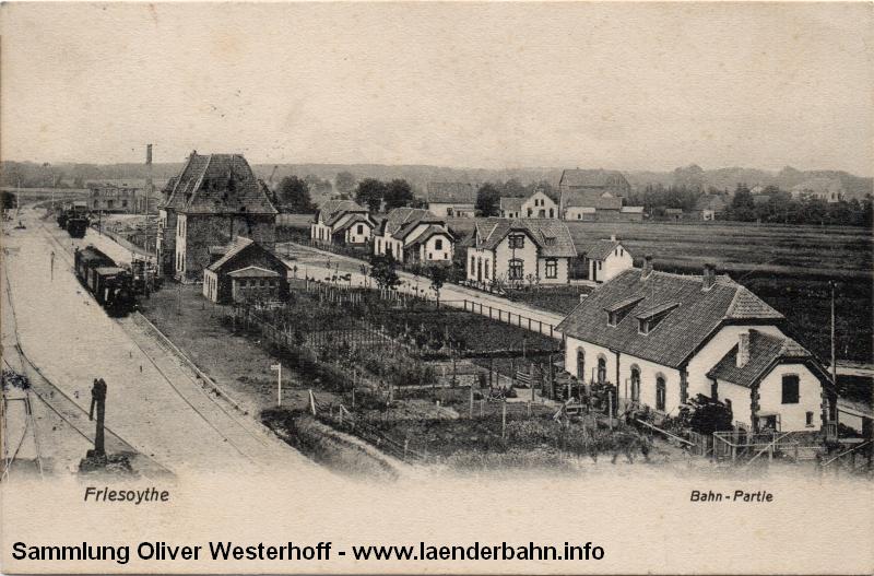 Einen schönen Überblick über das Bahnhofsgelände mit den Wohnhäusern für die Bediensteten zeigt diese Ansicht, die 1910 gelaufen ist. Im Hintergrund ist die Molkerei zu erkennen.