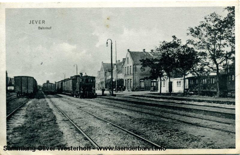 Eine T2 oder T3 rangiert noch vor 1909 einen Personenzug.