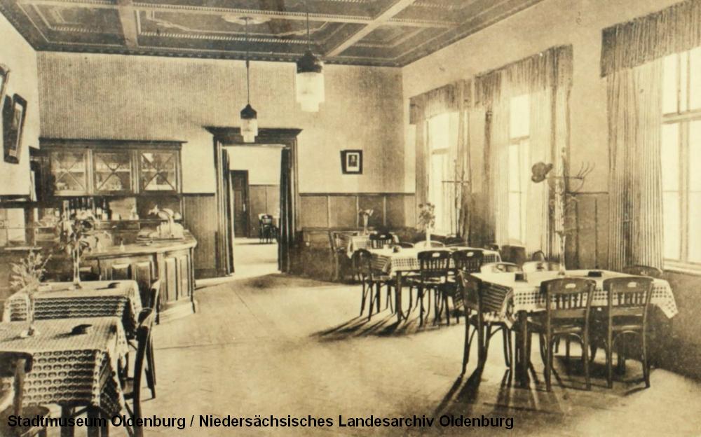 """Bahnhof Cloppenburg. Die nichtdatierte Karte (Pressebild des Stadtmuseums Oldenburg anlässlich der Ausstellung """"Höchste Eisenbahn"""") zeigt den dortigen Wartesaal."""