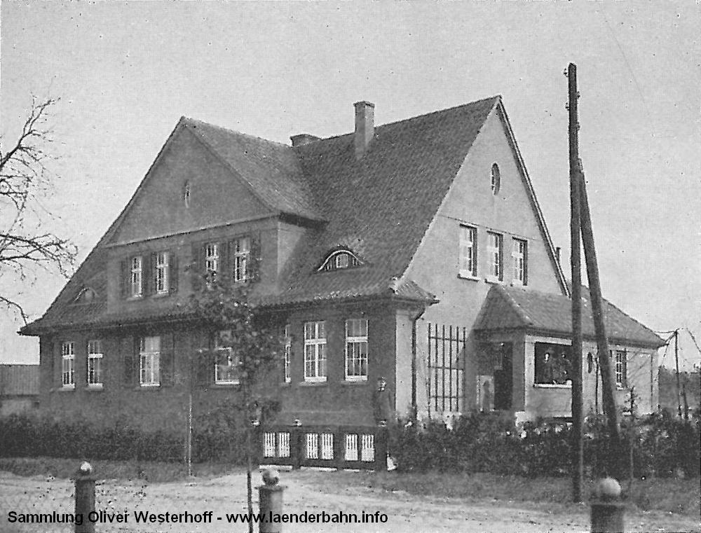 In derselben Schrift findet sich auch die Abbildung eines Doppelwohnhauses für mittlere Beamte am Bahnhof.