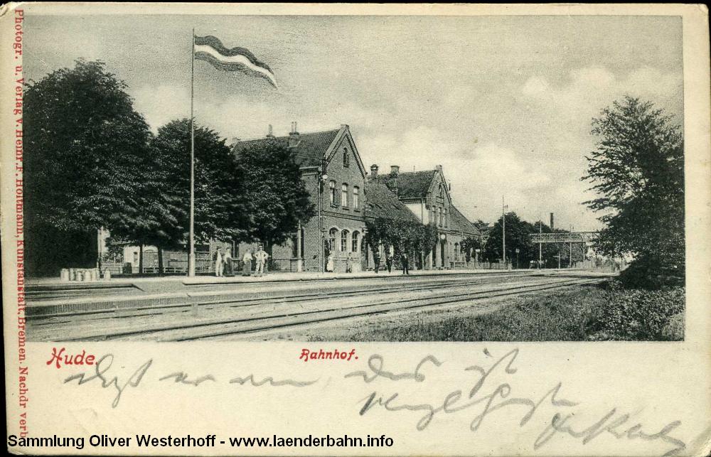Eine Ansicht des Bahnhofs, die Karte ist 1906 gelaufen. Rechts geht es nach Bremen, links nach Oldenburg. Hinter dem Bahnhofsgebäude befinden sich die Gleisanlagen der Strecke nach Nordenham, Hude war seit 1873 Inselbahnhof.
