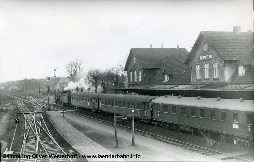 Ein Bild der Bundesbahndirektion Münster vom 6.12.1954. 38 2430 verlässt den Bahnhof Hude mit E 971 nach Oldenburg.
