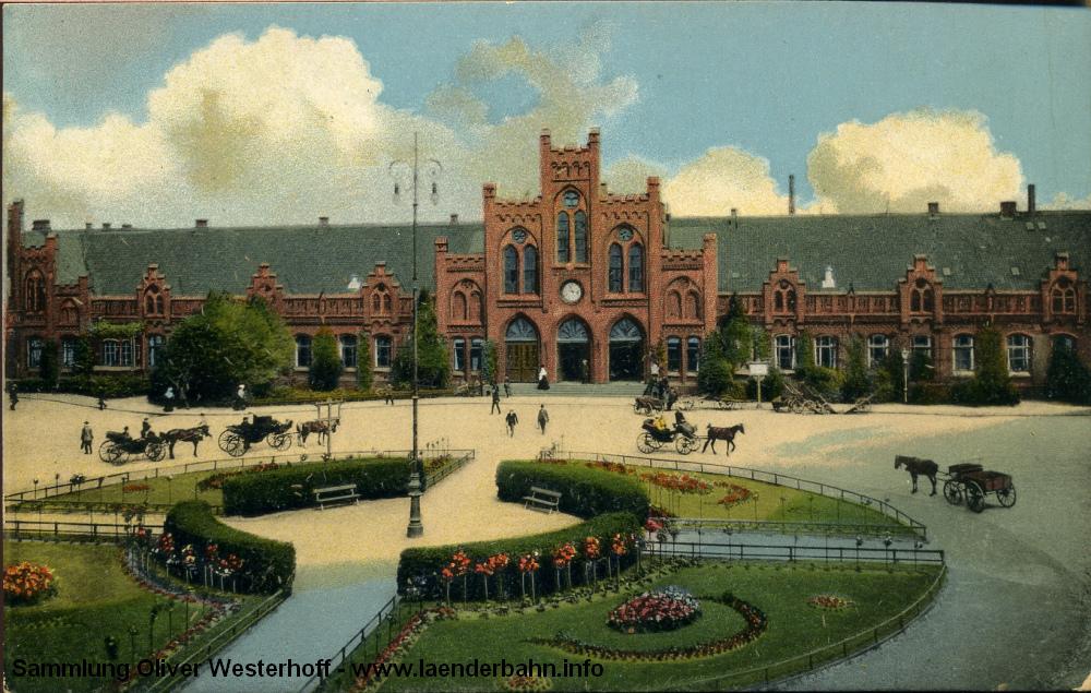 Der mittlere Teil war der Eingangsbereich des Empfangsgebäudes. Davor der ansprechend gestalteten Bahnhofsplatz.