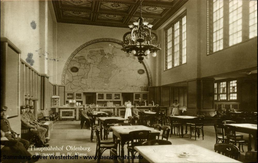Der Wartesaal der dritten und vierten Klasse ist schon deutlich einfacher gehalten. Beachtenswert die Karte des Herzogtums mit den Eisenbahnlinien. Die Karte ist 1917 gelaufen.