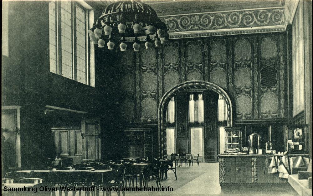 Auch der 1915 eröffnete Hauptbahnhof hatte nach Klassen getrennte Wartesäle. Der mit prächtigen Jugendstil-Ornamenten geschmückte Wartesaal erster und zweiter Klasse beherbergt heute das Reisezentrum. Die Ansichtskarte ist im Eröffnungsjahr gelaufen.
