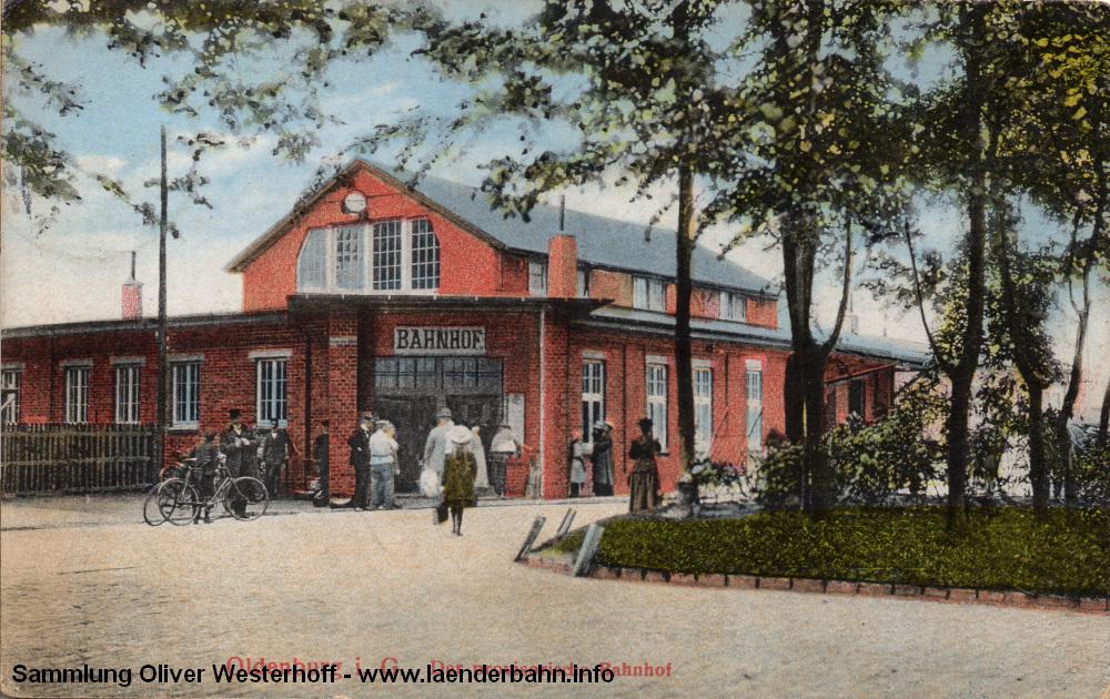 Eine der sehr seltenen Bilder des Bahnhofs. Die Ansichtskarte ist 1913 gelaufen und zeigt, dass das Gebäude doch reichlich klein ausgefallen war.
