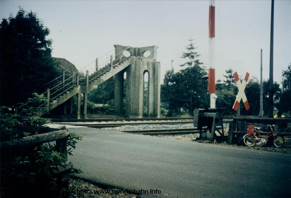 Der nördliche Aufgang der Fußgängerbrücke, die im Zuge der Elektrifizierung in den 1980er Jahren abgebrochen wurde.