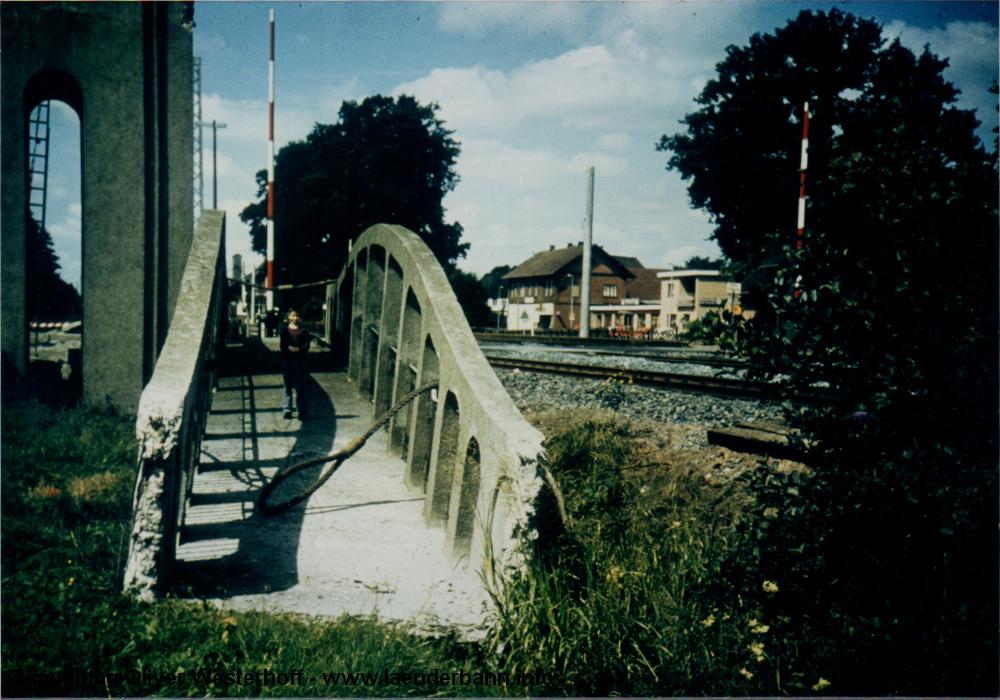 Der abgelegte Übergang der Brücke. Im Hintergrund sind bereits die Betonpfosten der Oberleitung zu sehen.