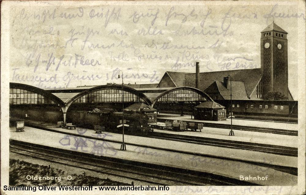 Die 1932 verschickte Karte zeigt den Bahnhof und die Gleishallen. Der Uhrturm des Bahnhofes erscheint seltsam gedrungen und verzerrt. Die Nummer der auf Gleis 5 stehenden P 8 lässt sich beim besten Willen nicht erkennen.