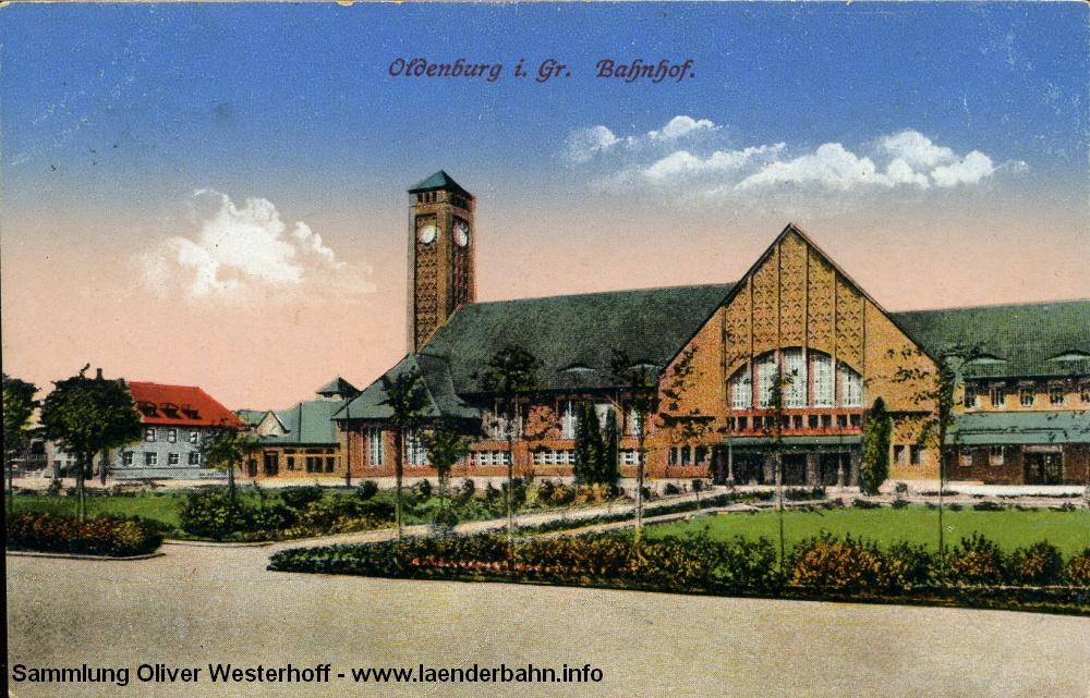 Der Bahnhofsvorplatz musste in den letzten 100 Jahren so mache Veränderung mitmachen musste. 1916 zierten den Vorplatz Wiesen, Beete und Bäume.