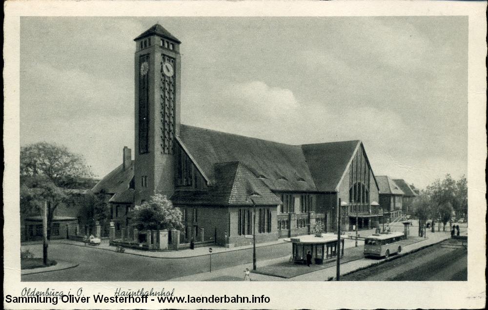 Vermutlich in den 40er Jahren steht ein O-Bus an dem schönen Pavillon vor dem Bahnhof.