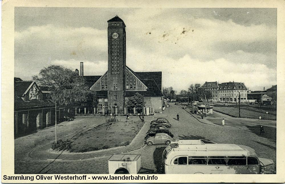 Die 1953 datierte Karte zeigt etwas mehr vom Bahnhofsplatz, aber auch die Lücken, die der Bombenangriff 1944 in die Bebauung gerissen hat. Der Bahnhof selbst hat diesen Angriff verhältnismäßig glimpflich überstanden.