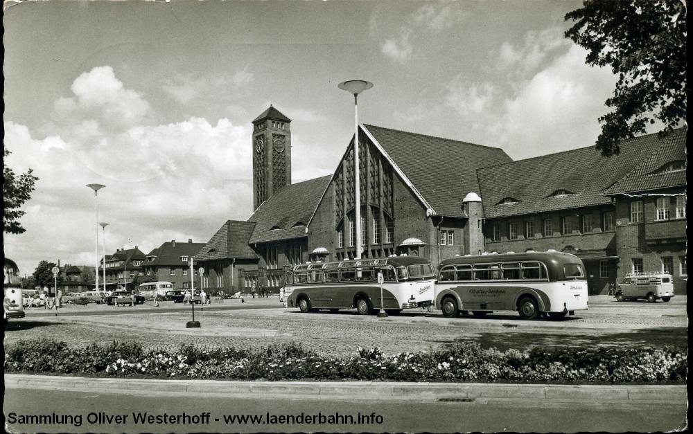 1963 sind die O-Busse auch schon wieder Geschichte, die Beete auf dem Bahnhofsplatz mussten Parkplätzen weichen.