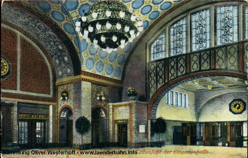 Die 1916 gelaufene Karte zeigt und die Empfangshalle. Rechts geht es hinter der Bahnsteigsperre durch den Tunnel zu den Gleisen, links ist noch der Wartesaal III. und IV. Klasse zu sehen.