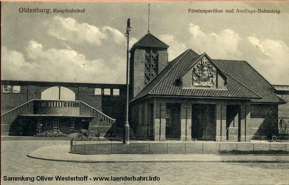 Auch der Fürstenbau hat einen Turm – im gleichen Stil gehalten wie derjenige des eigentlichen Bahnhofs. Neben dem Fürstenbau der Aufgang zum Ausflugsbahnsteig.