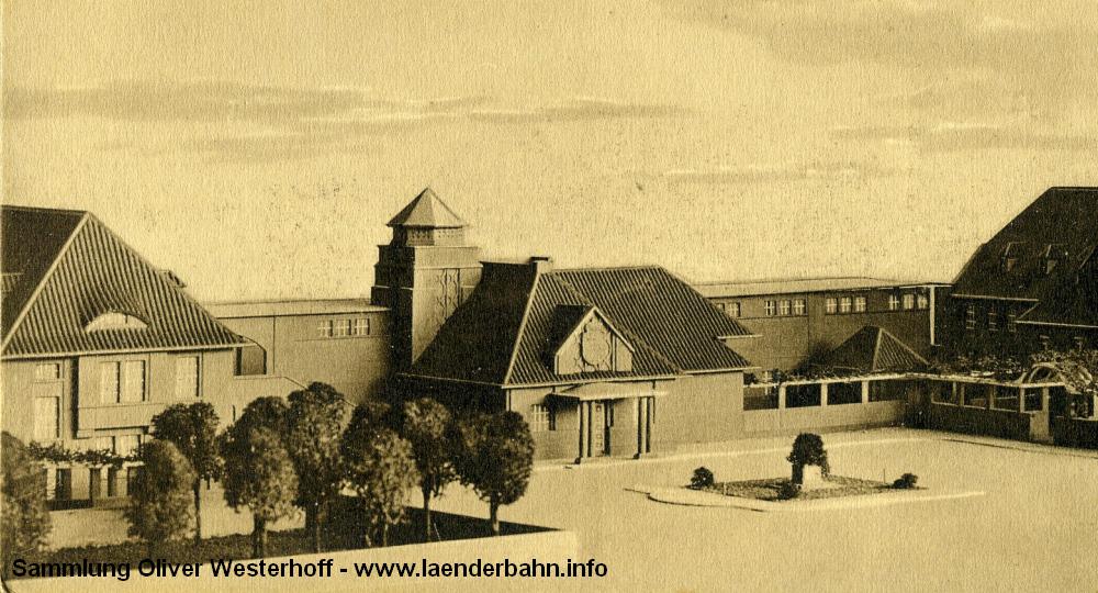 Auf der Ansicht des Modells des neuen Hauptbahnhofes ist erkennbar, dass die Ausführung des Fürstenbaus ursprünglich etwas anders geplant war, insbesondere am Vordach und beim Turm.