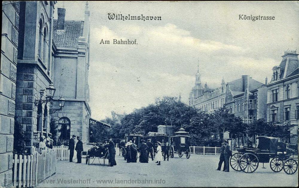 Das geschäftige Treiben auf dem Vorplatz zeigt diese Ansicht, die vor 1913 entstanden sein muss, da die Schienen der Straßenbahn noch nicht auf dem Platz liegen.