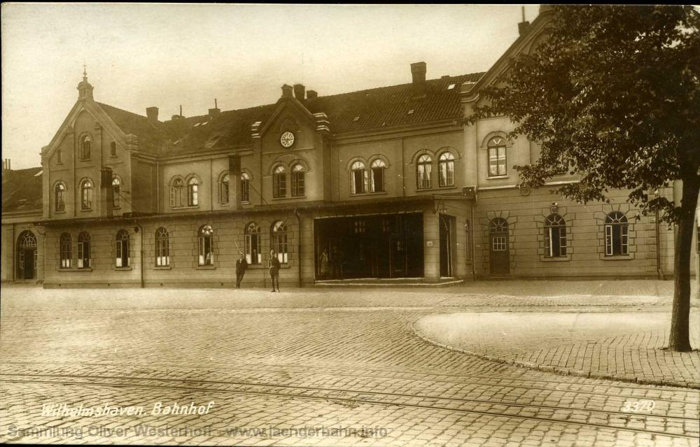 Der Bahnhofsplatz in den späten 1920er Jahren.