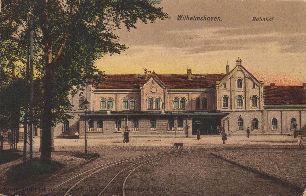 Der Bahnhof in den frühen 1920er Jahren, vorne im Bild verlaufen die Gleise der Straßenbahnlinie 2