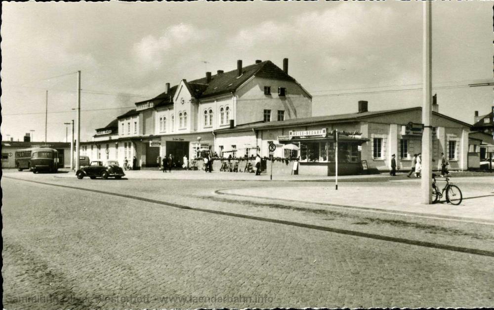 in den 1950er Jahren verkehrten Oberleitungsbusse in Wilhelmshaven, auf dieser Aufnahme sind die Masten und Leitungen zu erkennen. Am linken Bildrand ist einer der Busse abgestellt.