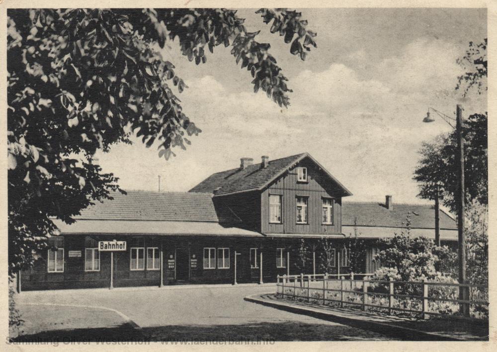 Um 1950 entstanden ist diese Ansicht des Bahnhofsgebäudes von der Straßenseite.
