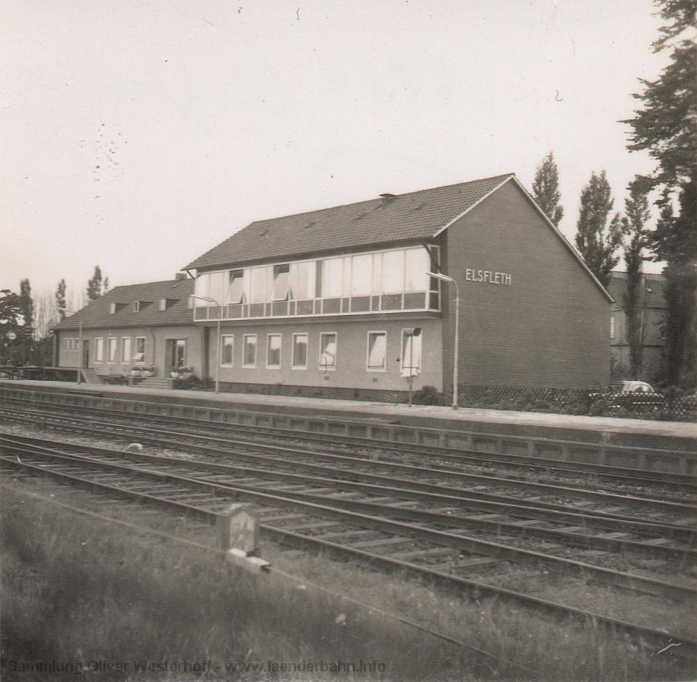 Das neue Bahnhofsgebäude von der Gleisseite aus gesehen.
