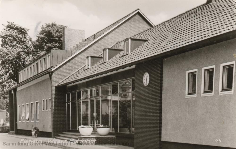 Das neue Bahnhofsgebäude von Elsfleth um 1965.