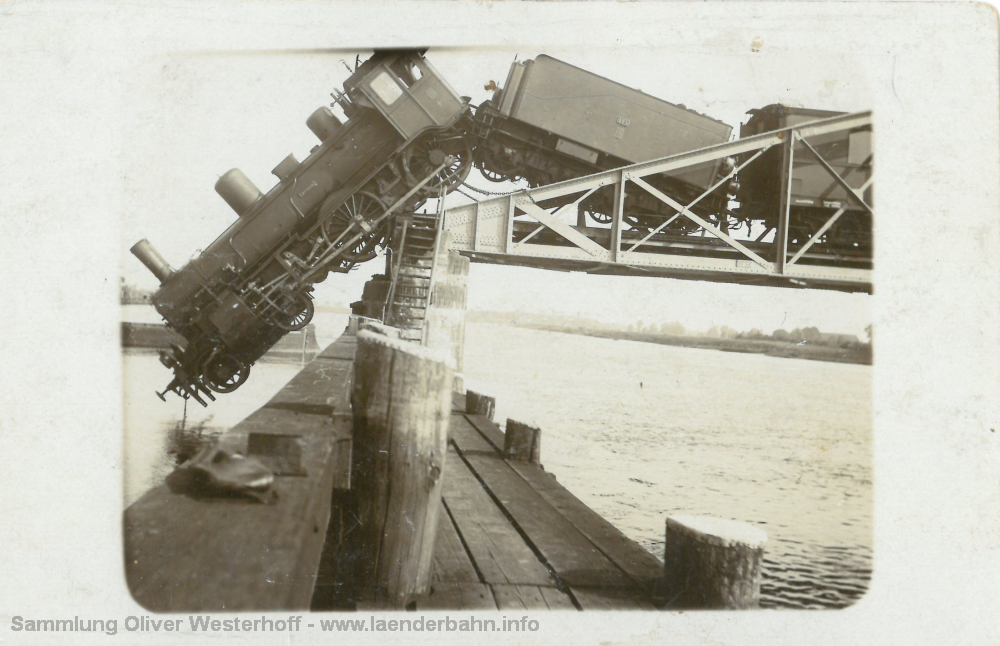 """Die Lokomotive """"VENUS"""" nach dem Unfall auf der Brücke"""