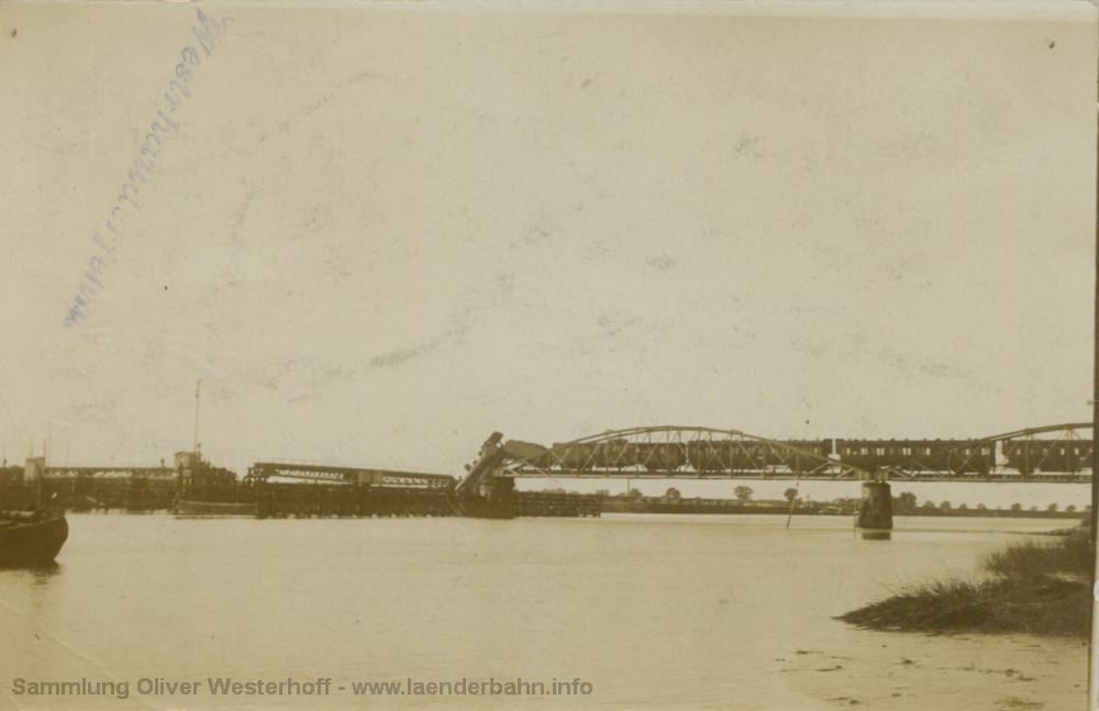 Vom Ufer aus ist schön der geöffnete Drehteil der Brücke zu erkennen