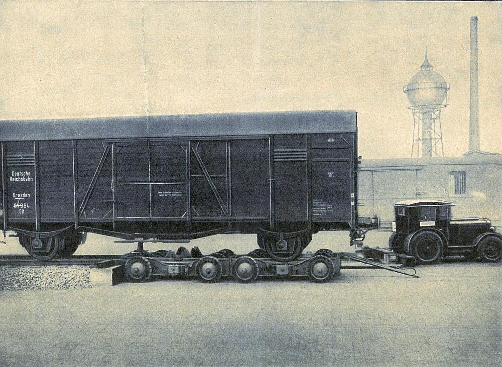 Überladen des größten gedeckten Güterwagens der Deutschen Reichsbahn (7 m Achsstand) von der Überladerampe auf das Straßenfahrzeug